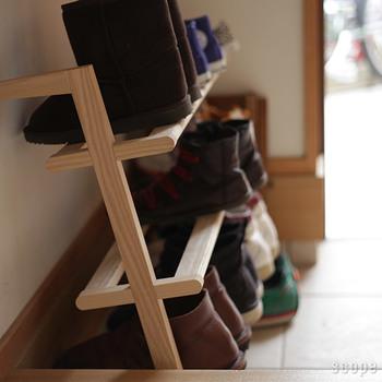 扉付きの下駄箱から靴を毎回出し入れするのが億劫な「出しておきたい派」さんにオススメのシューラック。お気に入りの靴を見せる収納したい方にもオススメ!壁に立てかけるだけの気軽さで、場所を選びません。