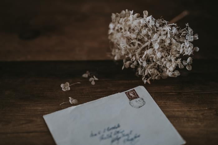 思い出の品や手紙、写真を目にした時に嬉しさや懐かしさがこみ上げてきて気持ちがプラスに動くなら、要るものです。過ぎ去りし日を思い出し、また頑張ろうと思えるならば、捨てずにとっておきましょう。