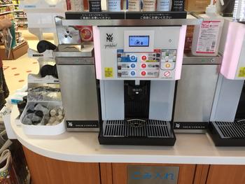 ファミリーマートも自分でボタンを押すスタイル。2018年10月からは新型のコーヒーマシンを導入し、ペーパーフィルターで自分でハンドドリップしたような味わいのコーヒーを楽しめるそう。さらに好みに合わせてスペシャルティコーヒーもセレクトできるように。