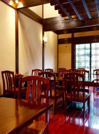外観同様に、店内も和の風情。太い梁がめぐる天井は高く、室内の装飾も調度品も民芸調で、落ち着いた雰囲気です。