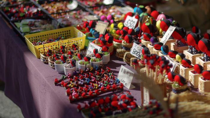 ハンドメイドされた飛騨高山のお土産の定番「さるぼぼ」も販売しているのでお土産におすすめ。「さるぼぼ」は、災いが去る、家内円満・良縁・子縁・子宝・安産などのお守りになるそうですよ。