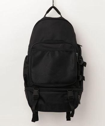 オールブラックでシンプルさを極めた、たっぷり大容量のデザインバックパック。どんなファッションにも違和感なく馴染み、黒ならではのすっきりシルエットが叶います。