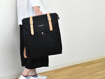 ビジネスにも使えるシンプルなデザインのマリメッコのバックパック。スクエア型で上品な可愛らしさを備え、牛革の持ち手が高級感をプラスしてくれます。コットン地なので、ナチュラルな白ブラウスと黒のワイドパンツコーデにぴったり合いますね。