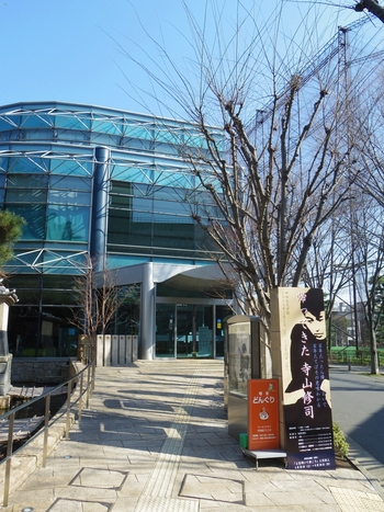「世田谷文学館」は芦花公園駅から徒歩で約5分ほど。閑静な世田谷の町に調和した文学館です。きれいで小ぢんまりとした館内では、世田谷ゆかりの作家の展示のほか、現代作家の企画展なども随時開催しています。