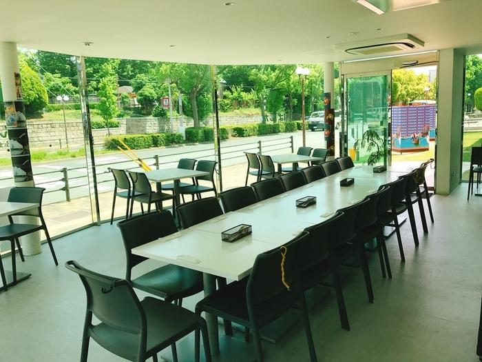 神戸の文学に触れたあとは、向かいにある「横尾忠則現代美術館」に併設されたカフェ「ぱんだかふぇ」で一息つくのもおすすめです。開放的な窓ガラスから、神戸文学館のハイカラな外観をながめることができます。