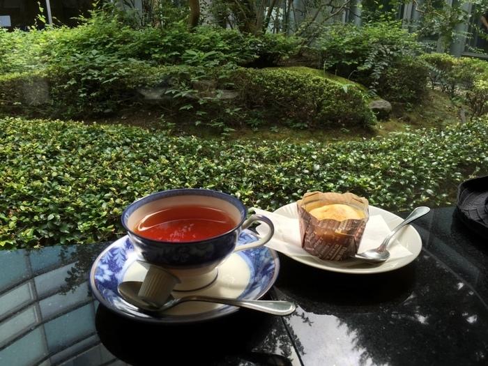 館内のカフェ「喫茶どんぐり」では、中庭をながめながらゆったりとくつろぐことができます。自家製のシフォンケーキやパンケーキのほか、軽食があるのでランチにも◎。