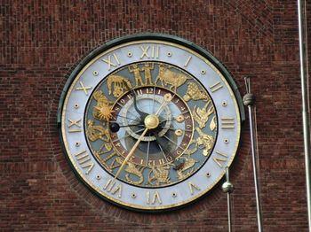 ファサードの時計には、端正な12星座のレリーフが。腕時計サイズだったらきっと買って帰りたくなるでしょう!