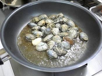 【ボンゴレソースの基本の作り方】  1.フライパンにオリーブオイル、にんにくを弱火でじっくり炒め、香りを出す。 (お好みであわせて赤唐辛子(鷹の爪)を加えて、辛みがいきわたったら、取り出す)  2.アサリ、白ワインを加えて中火に。蓋をして弱火で蒸らし、あさりの貝が開いたら、あさりのみ取り出す。 フライパンに残ったソースを弱火で煮詰めたら、できあがり。  キャベツなど、他の具を加えても美味しいです。