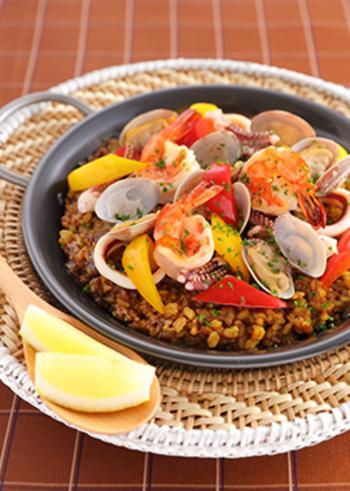 フライパンでいか、エビを炒め、あさりを加えて蒸し焼きに。あさりの口が開いたら、具と蒸し汁に分け、蒸し汁が熱いうちにカレールウを混ぜます。そして、米を炒めたらカレー味の蒸し汁を加え、炊きます。魚介のうまみがたっぷりの絶品カレーパエリアです。
