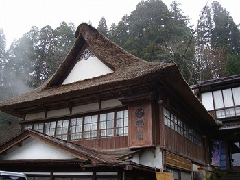 鎌倉時代に創業した歴史ある宿。築百年を越える茅葺屋根の本館は、古より湯治客を癒してきました。