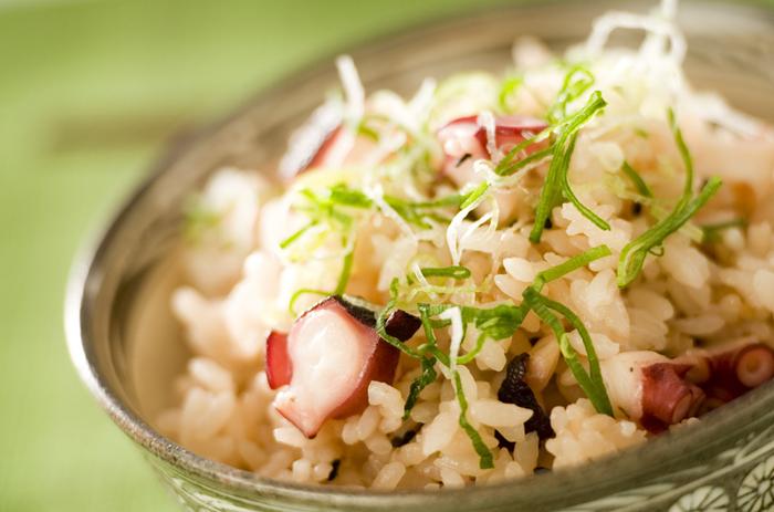 日本全国の各地で郷土料理として親しまれているタコ飯。タコのうまみと昆布や生姜の香りに癒される、風味豊かな炊き込みご飯です。優しくて奥深い味わいに、ついついおかわりしたくなります。