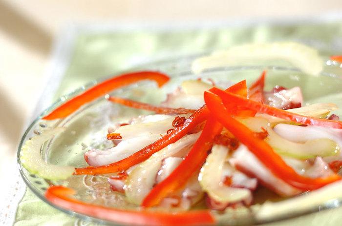 洋風や和風ではなく、エスニックのカルパッチョは珍しいかも。お皿にニンニクを塗っておくのがポイントで、しつこすぎないガーリック風味に。ナンプラーとレモン汁がきいたドレッシングは、くせのないタコによく合います。