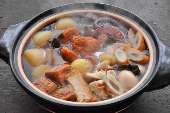 だしに味付けして具を入れたら、あとはじっくり煮込むだけ。ポイントは、タコをはじめ、大根、卵、こんにゃくなどよく味をしみ込ませたい具は最初から入れ、練り物はあとから入れること。沸騰したら火を弱め1時間程度ことこと煮ること。そして、冷ますと味がしみるので、半日前に作って食べるときに再加熱すること。コツを守れば、おでんはよりおいしくなります。