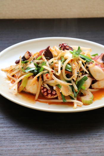 キムチや粉唐辛子などを使った韓国風のタコ料理は、おかずとしてはもちろん、おつまみとしても絶品です。シャキシャキ野菜のおいしさと、タコの適度な歯ごたえが楽しいバランス。
