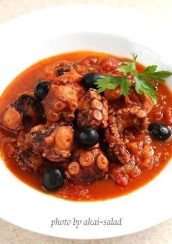 タコとトマトは、相性抜群!じっくりことこと煮込むことで、トマトソースにタコのうまみが溶け込み、深い味わいに。少し塩を足して、パスタと和えるのもおすすめです。