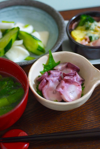 タコは「多幸」という当て字があるように縁起物として好まれ、関東から北の方ではおせちに赤い酢ダコを入れ、関西ではタコのうま煮を入れたりします。こちらは、作り置きできる、日常のおかずとしての酢ダコです。