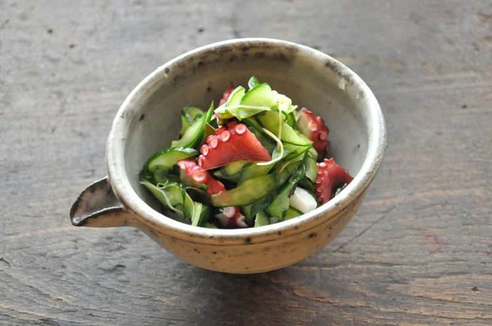 定番の副菜、タコの酢の物。ちょっと地味な存在かもしれませんが、どんな主菜にも合う名脇役。さっぱりとしていて、濃い目の味つけの料理の箸休めにもなります。