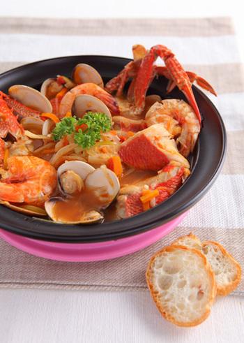 エビや貝、タコなどさまざまな魚介を香味野菜で煮込むフランスの寄せ鍋、ブイヤベース。リーズナブルな素材を使っても、それぞれのうまみの調和で、極上の味わいに仕上がります。冬の夜を温めてくれる幸せのお鍋です♪