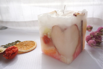 ドライフルーツのリンゴやオレンジで作った「ボタニカルキャンドル」です。リンゴの切り方によってハートにも見えて、プレゼントしても喜んでもらえそうですね。