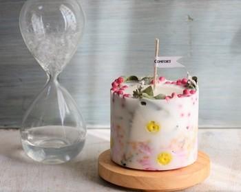 「ボタニカルキャンドル」の一番の魅力は同じものが1つもない、ということです。お花やハーブ、フルーツの組み合わせの仕方や、置き方をアレンジしたり。またテーマカラーを決めてその色のフルーツやお花を集め手作ってみるなど・・。考えるだけで楽しくなってきますね。