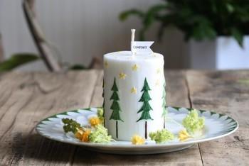お気に入りのお皿をキャンドルホルダーとして使うとまた雰囲気がかわります。ケーキのように、美味しそうにも感じますね。 お皿に置く場合はキャンドルだけではなく、まわりにドライフラワーを飾ったり、クリスマスのアイテムを一緒に飾っても素敵です。
