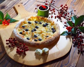 余ったお餅を生地に加えてナポリ風ピッツァに!相性の良いチーズと黒豆も存分に楽しめますよ。発酵時間を除けば15分ほどで作れる、本格おつまみレシピです。おもてなしにどうぞ♪