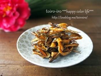 アーモンドを加えて作る田作りのレシピです。きび砂糖の甘さと香ばしいアーモンドの風味、サクサク食感で止まらない味に。2週間ほどもつので、おやつやおつまみにどうぞ♪