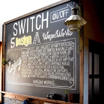 黒板のように文字がかける壁紙です。こちらの壁紙は簡単にはがせる壁紙なので、賃貸のお部屋でも手軽に楽しめます。