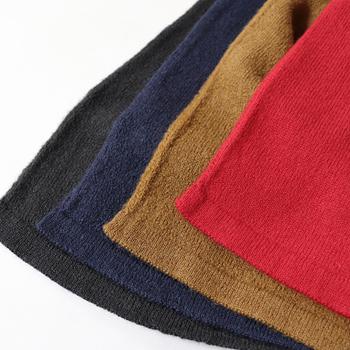 軽くて暖かいので、思わず羽織りたくなるカーディガン。  シンプルなデザイン、そして、街ですれちがる人の目を惹くような綺麗なカラーなので、ワードローブに加えてみませんか。