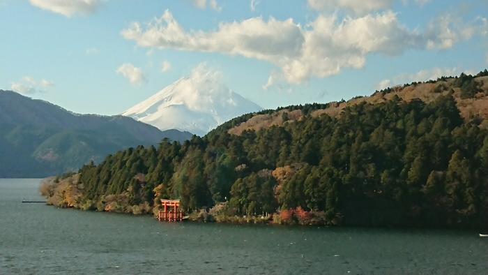 【11月下旬の「箱根芦ノ湖成川美術館」館内からの眺め。当美術館は、箱根の絶景が眺められることで有名。】