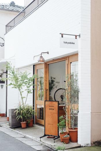 こちらは2005年にオープンしたトーキョーバイクの直営店、「tokyobike shop 谷中」です。豊かな自然に囲まれ、桜の名所としても知られている谷中霊園の裏路地にあります。木のぬくもり溢れるナチュラルな外観がとっても素敵ですね。