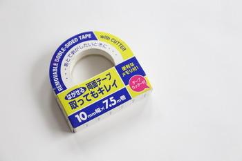 粘着シートなのでそのまま壁に貼ることもできますが、剥離紙をはがさないで弱粘着性の両面テープを使って貼るとさらに安心です。