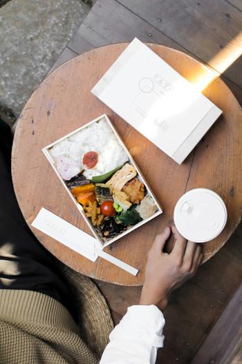 谷中銀座を脇に入った道沿いにある「TAYORI(タヨリ)」は、手作りの美味しいお惣菜とお弁当がいただけるお店です。日本家屋をリノベーションしたおしゃれな店内では、日替わり定食をはじめ、オリジナルのブレンドコーヒーや焼き菓子、日本酒やお惣菜のおつまみなど、様々な料理を楽しむことができます。どこか懐かしさを感じる温かい空間で、ゆっくりと素敵な時間を過ごしてみませんか?