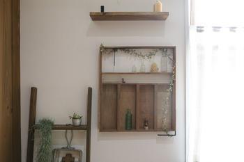 デスクやキャビネットの上に立て掛けるように置くのもいいですが、壁に付けて雑貨屋さんのように飾ってみるのも可愛いです。