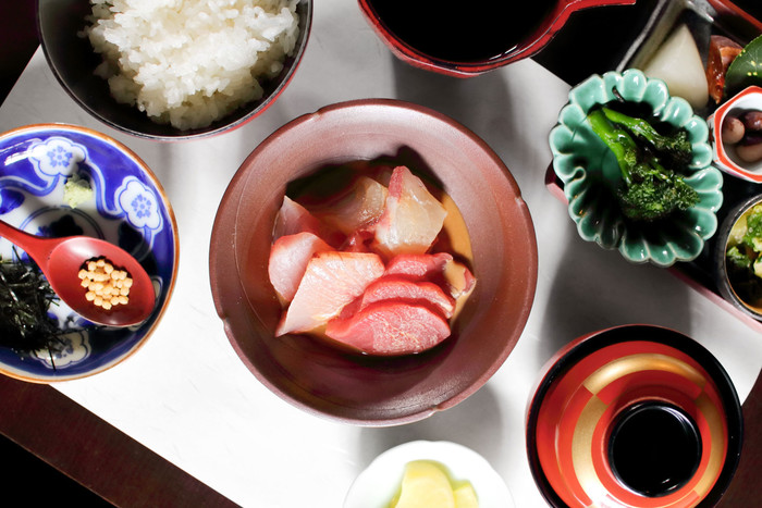 上野桜木にある日本料理のお店「菜の花」は、魚や野菜など様々な食材を使用した佐渡の郷土料理が楽しめるお店です。こちらの写真は人気のランチメニュー「旬のお魚の茶漬け膳」。見ているだけで思わず笑顔になってしまうほど、どの料理もとっても美味しそうですね。佐渡の郷土料理をじっくりと味わいながら、至福のひとときが過ごせそうです。