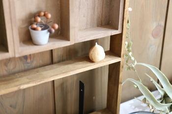 木枠やパーツを組み合わせてビスで止めてつなげるだけの簡単シェルフです。小さな雑貨をちょこんと置いたり、グリーンを飾ったりして、お気に入りの空間を作ってみませんか。