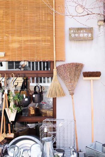 """こちらは箒・ちり取り・かごなど、昔ながらの""""荒物""""を扱う雑貨店「谷中 松野屋」さんです。お店に並ぶ一つ一つの商品は、どれも手仕事の温かみを感じる素敵なアイテムばかり。素朴な味わいのある""""荒物""""は、日本のみならず海外の方にも大人気なんですよ。"""