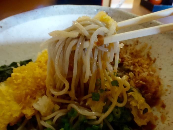 「ふじみ茶屋」で頂けるのは、蕎麦やうどん、丼物、甘味等など。中でも人気なのが、コシの強く旨いと評判の蕎麦です。 【海老の天ぷら、海藻、大根おろし等がのった人気メニュー『富士おろしそば』】