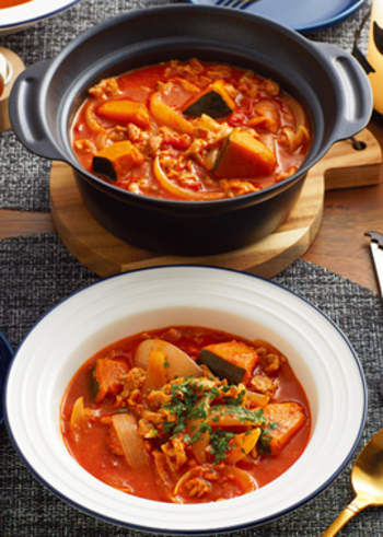 真っ赤なトマトシチューは、オーソドックスなメニューですが、見た目に華やかでパーティ料理やおもてなし料理としてもおすすめ。トマトは他の野菜やキノコ類との相性もよく、具材を色々変えて楽しめます。