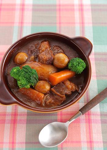 じっくりコトコト煮込んで作るのが面倒……と思いがちなビーフシチューも、圧力鍋を使えば短時間でお肉がとろーり柔らかな絶品シチューが出来上がります。