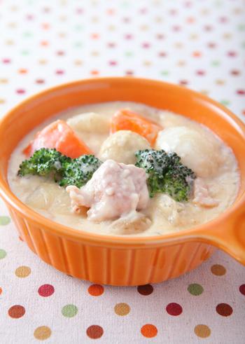 シチューの定番中の定番。鶏肉、人参、玉ねぎ、かぶなど、たっぷりの野菜を使った具沢山のクリームシチューは栄養満点!一皿で大満足のレシピです。