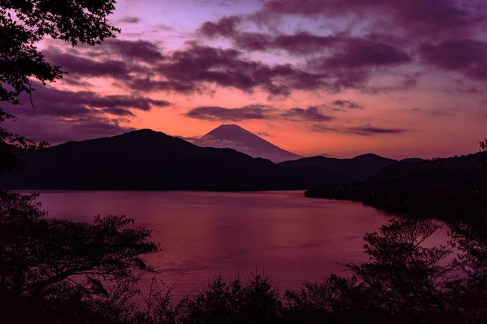 そして、起伏に富んだ豊かな自然が、春夏秋冬、刻一刻と変化することも、箱根の大きな魅力となっています。 【11月初旬・午後5時頃の「芦ノ湖」】