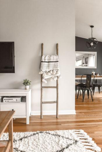 あたたかみのある木製のラダーは壁にナチュラル感を演出してくれます。ファブリック類をさり気なく引っ掛けて壁をやさしい印象にしてみるのもいいですね。