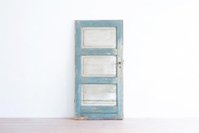 アンティークらしい色合いと古びた感じが可愛い木製のドアです。立て掛けているだけなので、好きな場所に置いて楽しむことができます。