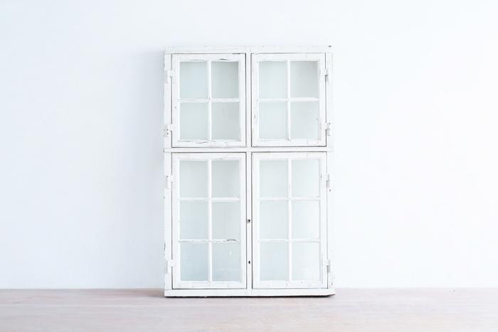 海外の古い映画に出てきそうな白くペイントされた木製の窓枠。ここにアンティークの古い金物をつけると一層趣のある雰囲気を醸し出すことができます。