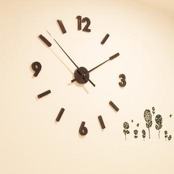 文字盤の数字や長針短針などが全てバラバラになっていて、壁にそれぞれを両面テープで貼りつけて時計にするタイプのものです。壁が文字盤になるので楽しいですね。