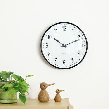 何の飾り気もないシンプルな掛け時計だけに上質な作りが際立っています。モノトーンが洗練されたお部屋作りを演出してくれます。