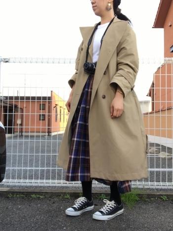 ゆったりとしたサイズ感が今年らしい、GUのトレンチコート。チェックのロングスカートの上に羽織るだけで、こなれ感を演出してくれます。