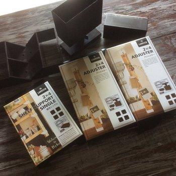 天井と床の間を突っ張らせるためのアジャスターや棚を作るためのパーツが販売されています。