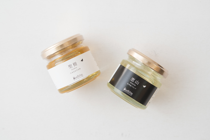 Beehive(ビーハイブ)のブランド名で蜂蜜を生産している村上養蜂。季節ごとにミツバチの飼育に適した環境を求め、伊豆を拠点に長野県と北海道に移動しながら、その全行程をご夫婦二人三脚で行っているそうです。